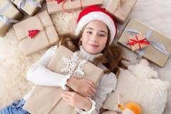 Enfant heureux avec des boîtes de cadeau de Noël et des cadeaux, vue supérieure Photographie stock