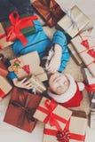 Enfant heureux avec des boîtes de cadeau de Noël et des cadeaux, vue supérieure Photos libres de droits