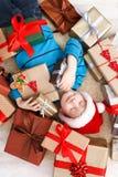 Enfant heureux avec des boîtes de cadeau de Noël et des cadeaux, vue supérieure Images stock