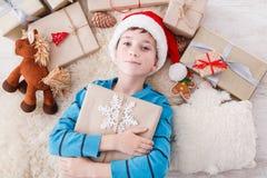 Enfant heureux avec des boîtes de cadeau de Noël et des cadeaux, vue supérieure Photo stock