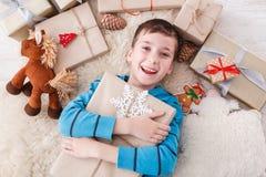 Enfant heureux avec des boîtes de cadeau de Noël et des cadeaux, vue supérieure Image libre de droits