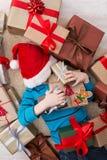Enfant heureux avec des boîtes de cadeau de Noël et des cadeaux, vue supérieure Images libres de droits