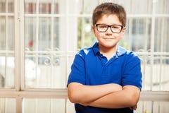 Enfant heureux avec des verres photos stock