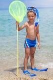 Enfant heureux avec l'équipement de plongée sur la plage Image stock