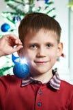 Enfant heureux avec la boule de jouet de Noël Photos libres de droits