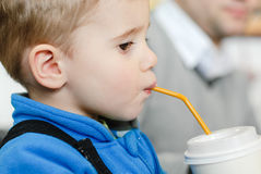 Enfant heureux avec la paille à boire image stock