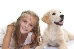Enfant heureux avec le chien de chiot d'animal familier Image libre de droits