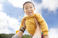 Enfant heureux avec le fond de nuage Image stock