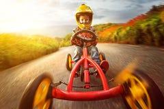 Enfant heureux avec le kart image libre de droits