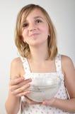 Enfant heureux avec un bol de gruau de lait Photos stock