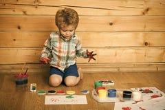 Enfant heureux ayant l'amusement Concept d'imagination, de créativité et de liberté photo stock