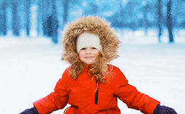 Enfant heureux ayant l'amusement en hiver photos libres de droits