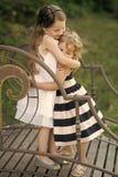 Enfant heureux ayant l'amusement Les filles ou les soeurs étreignent sur le pont le jour d'été Images stock