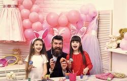 Enfant heureux ayant l'amusement Oeufs heureux de peinture de famille de Pâques Image libre de droits