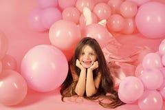 Enfant heureux ayant l'amusement Petite fille avec des ballons photographie stock libre de droits
