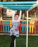 Enfant heureux dans le terrain de jeu de parc Photo stock