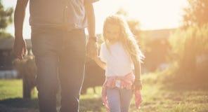 Enfant heureux dans le village image stock