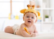 Enfant heureux de bébé dans le costume de girafe Image stock