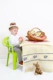 Enfant heureux de disposition de Pâques Photos stock