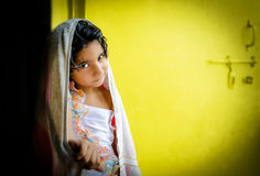 Enfant heureux de fille se tenant avec la serviette de bain Image stock