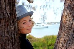 Enfant heureux de garçon à la plage Photo stock