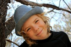 Enfant heureux de garçon dans un arbre Photos libres de droits