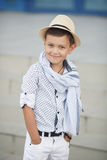 Enfant heureux de garçon mignon dehors Photo libre de droits
