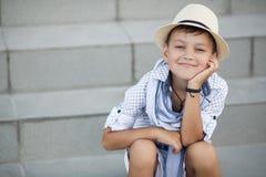 Enfant heureux de garçon mignon dehors Photographie stock libre de droits