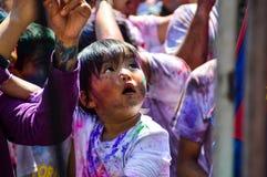 Enfant heureux de Holi images libres de droits