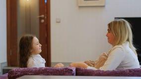Enfant heureux de maman de joie d'amour de combat d'oreiller de jeu de famille clips vidéos