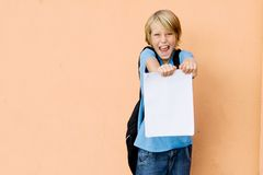 Enfant heureux donnant de bons résultats d'examen Photo stock