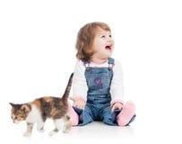 Enfant heureux drôle jouant avec le chaton de chat Photographie stock