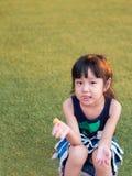 Enfant heureux, enfant asiatique de bébé mangeant un biscuit Photos libres de droits