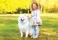 Enfant heureux et chien riants ayant l'amusement dehors Images libres de droits