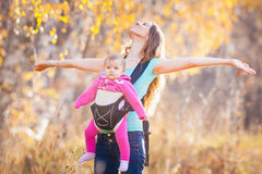 Enfant heureux et mère extérieurs au parc photo libre de droits