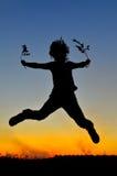 Enfant heureux extérieur en été image libre de droits