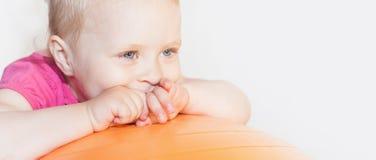 Enfant heureux faisant des exercices à la boule gymnastique Image stock