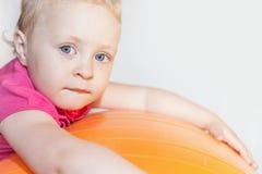Enfant heureux faisant des exercices à la boule gymnastique Photos libres de droits