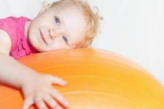 Enfant heureux faisant des exercices à la boule gymnastique Image libre de droits
