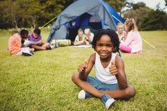 Enfant heureux faisant des pouces pendant un jour ensoleillé Photos libres de droits