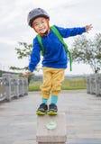 Enfant heureux futé souriant en parc Images libres de droits