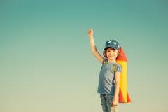 Enfant heureux jouant à l'extérieur Photo stock