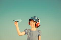 Enfant heureux jouant à l'extérieur Image libre de droits
