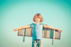 Enfant heureux jouant à l'extérieur Photos stock