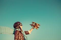 Enfant heureux jouant avec l'avion de jouet Photos libres de droits