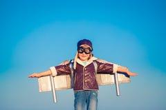 Enfant heureux jouant avec l'avion de jouet Photos stock