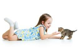 Enfant heureux jouant avec le chaton de chat Photo stock