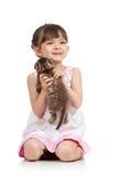 Enfant heureux jouant avec le chaton de chat Images stock