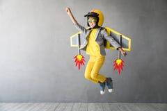 Enfant heureux jouant avec le jetpack de jouet image stock