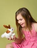 Enfant heureux jouant avec le lapin de Pâques Photos stock